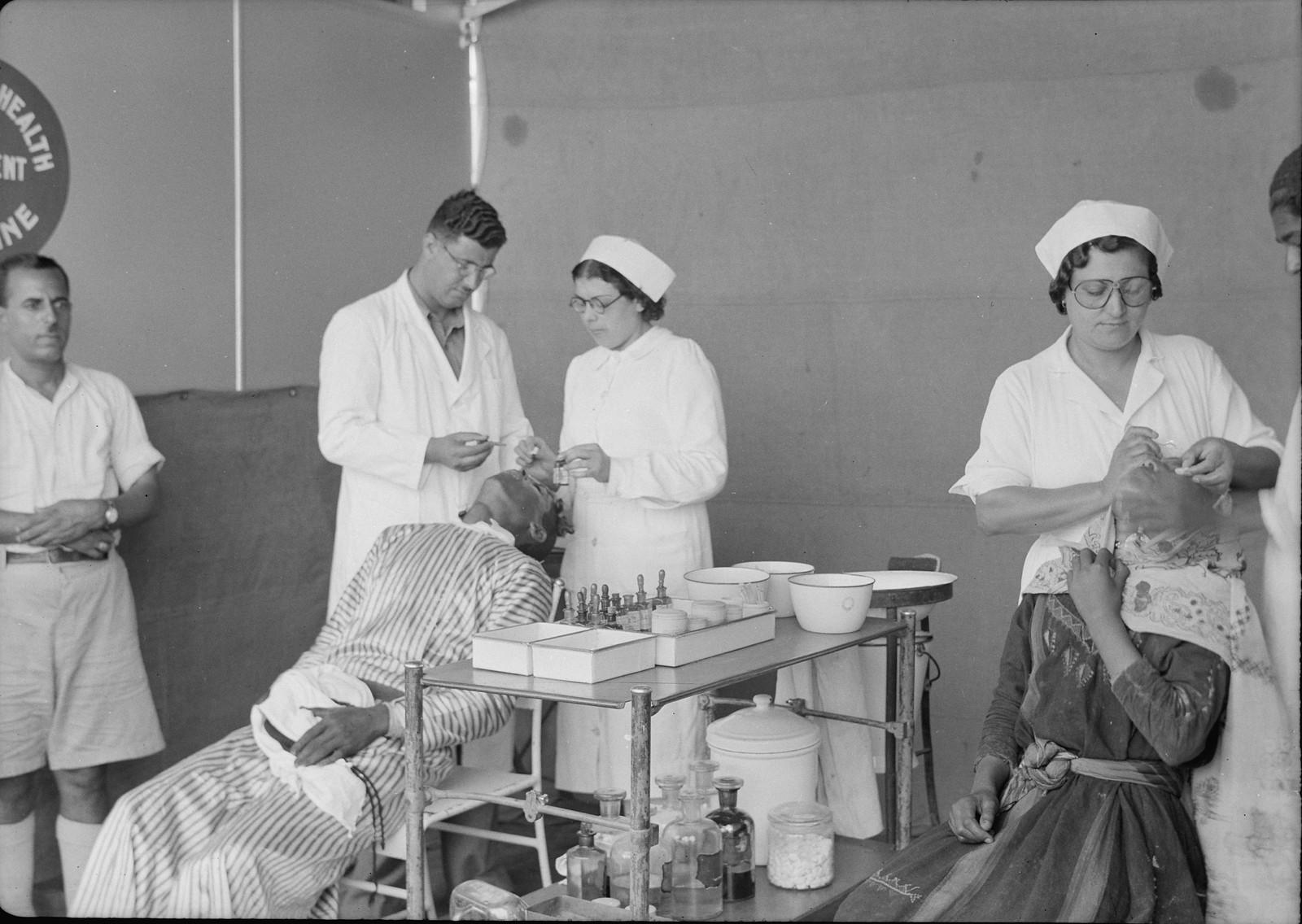 Врач и медсестры за работой