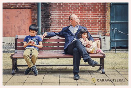 ベンチでくつろぐ家族 パパと子供達