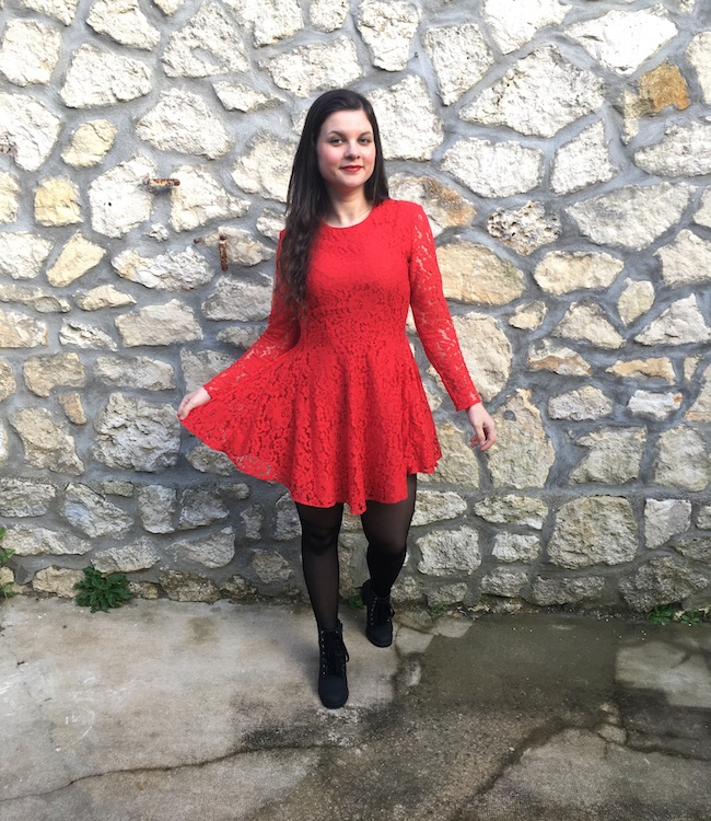 Look en robe rouge à dentelle