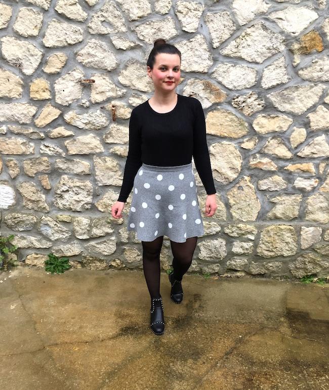 Look top noir, jupe à pois grise et bottines à clous