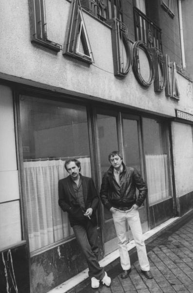 Silvio y Miguel Angel en la puerta del bar