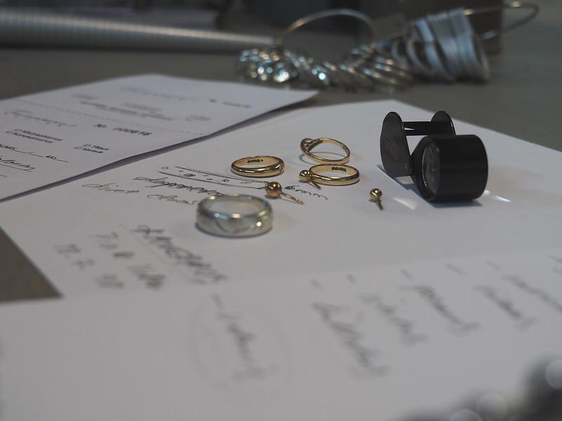 Vanhat kultasormukset ja muutama pariton kultakorvis on raaka-aineena uudelle vihkisormukselle!