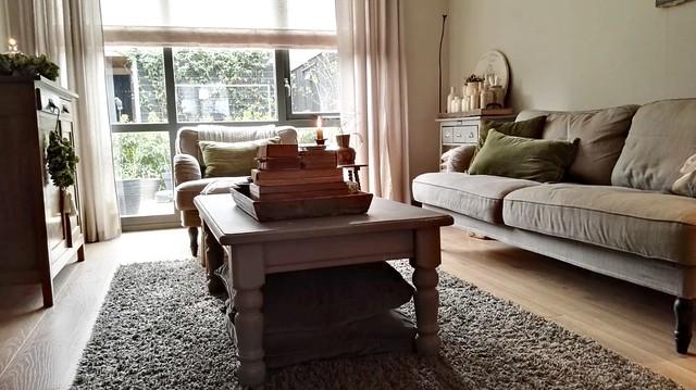 Landelijk brocante woonkamer met vouwgordijn