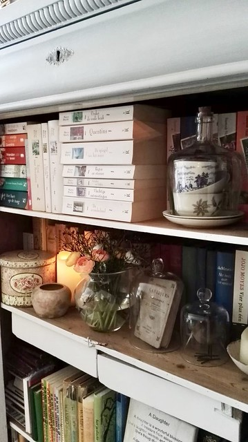 Kastje met boeken, stolpen en glaswerk