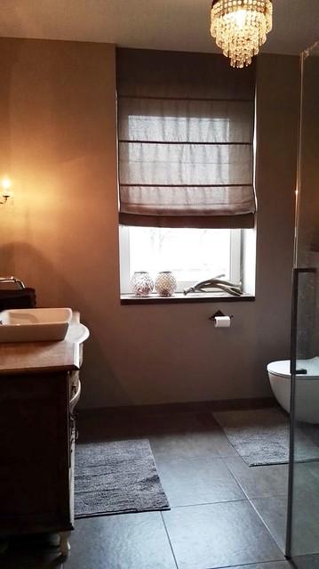 Vouwgordijn in landelijke badkamer