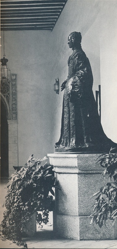 Estatua de Isabel de Portugal en el Palacio de Fuensalida de Toledo hacia 1970 fotografiado por Mario Carrieri