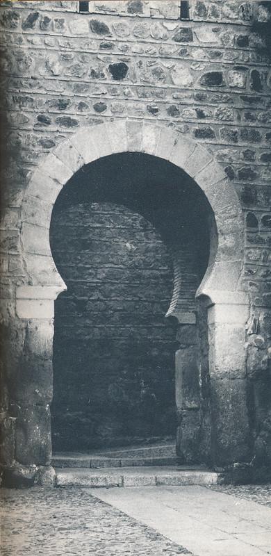 Puerta de Alcántara en Toledo hacia 1970 fotografiado por Mario Carrieri