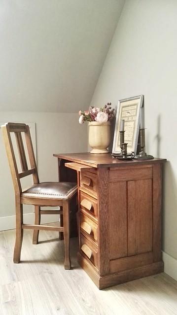 Houten bureautje met Keulse pot en antieke stoel