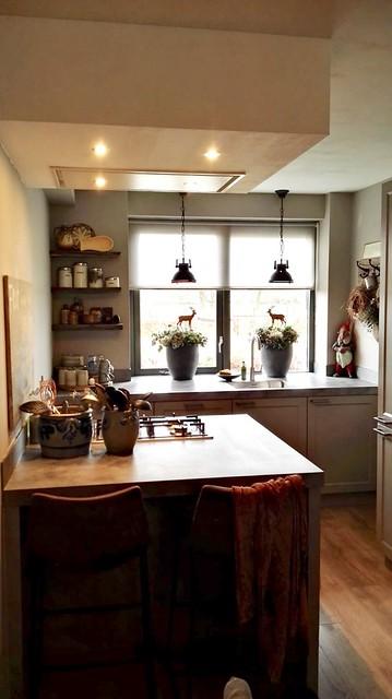Landelijk brocante keuken met kookeiland met verlichting