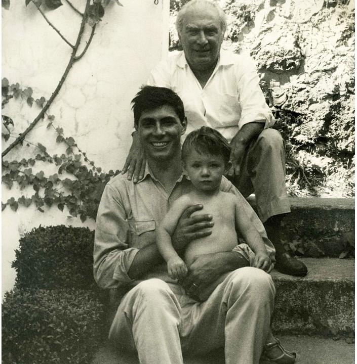 Mario Carrieri (centro) con su padre Raffaele y su hijo, también Raffaele Carrieri. Álbum familiar.