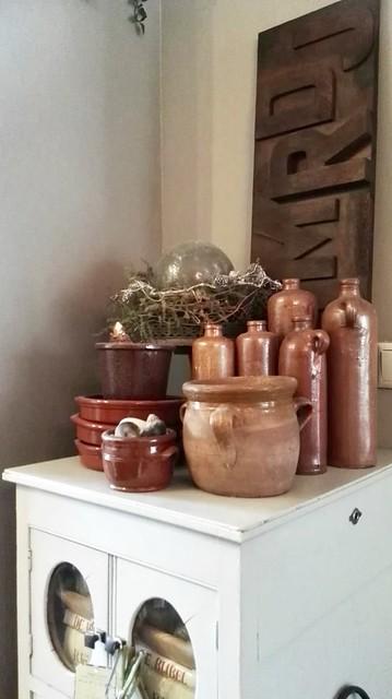 Oud kastje met verzameling Keulse potten en flessen