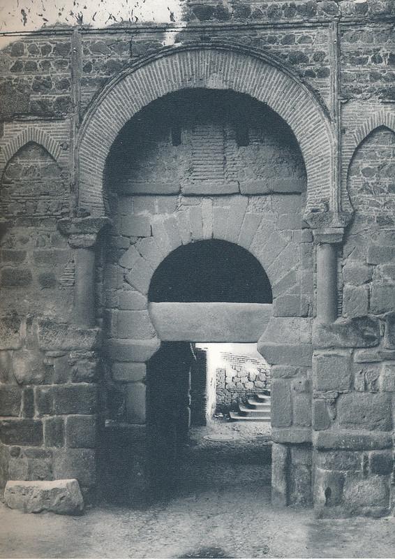 Puerta vieja de Bisagra en Toledo hacia 1970 fotografiado por Mario Carrieri