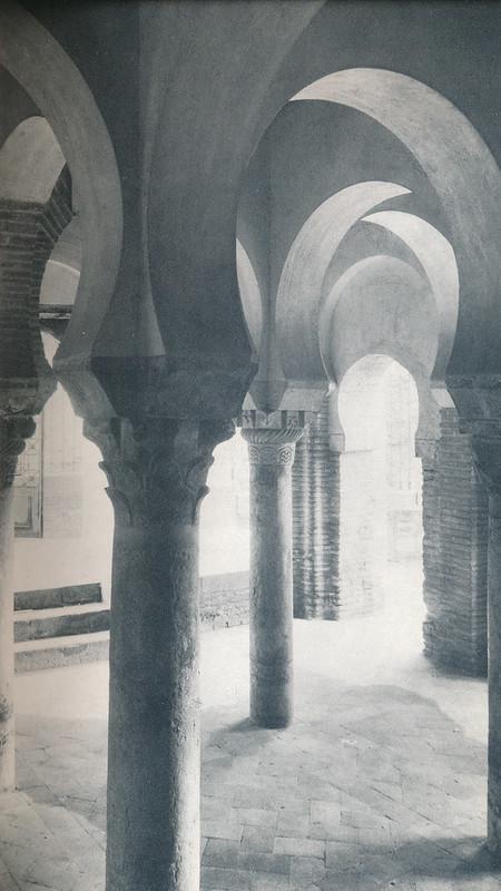 Mezquita del Cristo de la Luz en Toledo hacia 1970 fotografiado por Mario Carrieri
