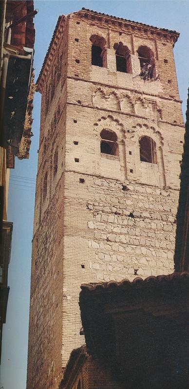 Torre de Santo Tomé en Toledo hacia 1970 fotografiado por Mario Carrieri. Una de sus esquinas presentaba un grave deterioro