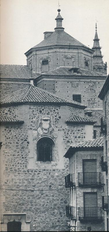 Iglesia del Salvador (primer término) y de San Marcos (intermedio) con la torre de la Catedral de Toledo (al fondo) hacia 1970 fotografiados desde la calle Taller del Moro  por Mario Carrieri