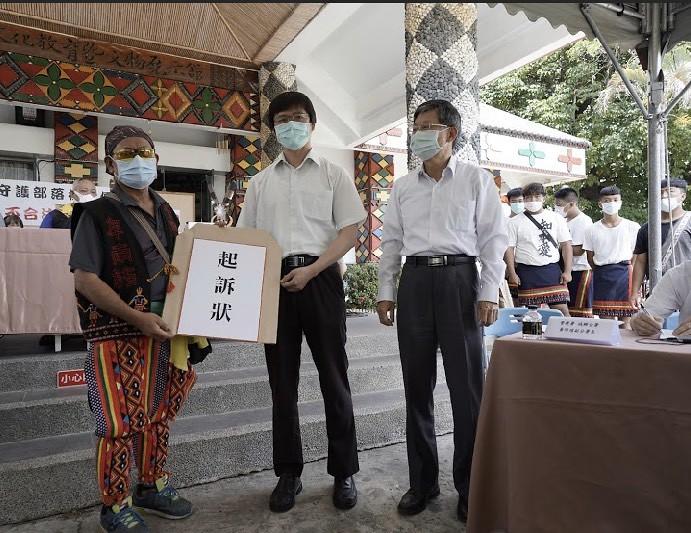 Pakaruku(巴卡魯固)家族拉罕林茂盛向能源局營建署代表提出救濟。