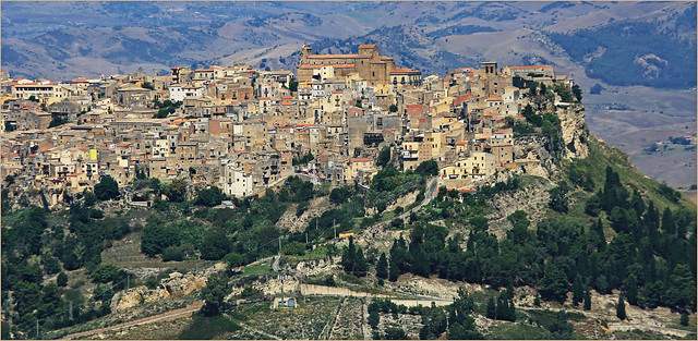 Calascibetta (691m) et la vallée depuis Enna (931m), Sicile, Italie