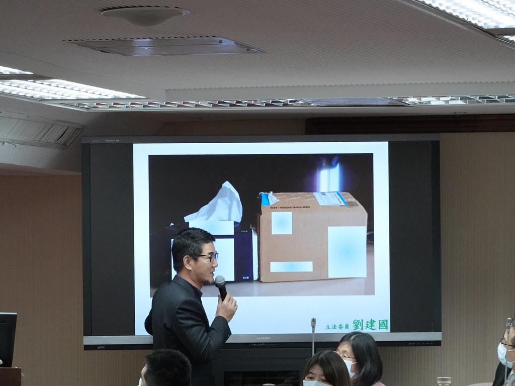 立委劉建國指出,辦公室助理買了一個小掛勾,卻送來一個大箱子,要求環保署想辦法。孫文臨攝