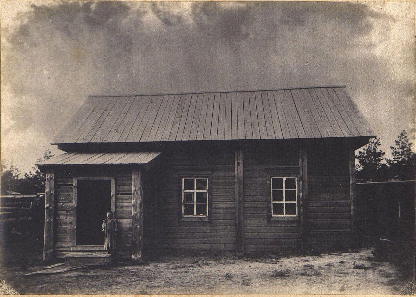 04. Девочка на крыльце деревянного дома