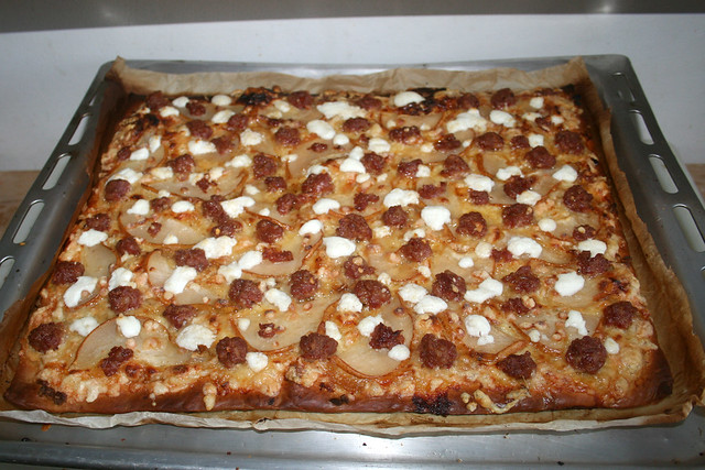 21 - Pizza with goat cheese, pears & salsiccia - Finished baking / Pizza mit Ziegenkäse, Birnen & Salsiccia - Fertig-gebacken