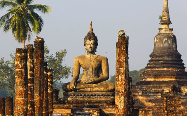 Imagen de la ciudad histórica de Sukhothai, uno de los conjuntos arqueológicos de mayor valor en Tailandia y en todo el Sudeste Asiático.