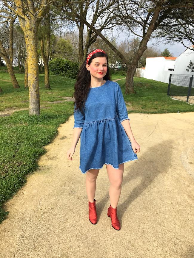 look-manteau-rouge-robe-denim-bottines-rouges-paillettes-seconde-main-blog-mode-la-rochelle-2