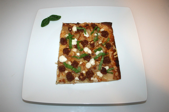 22 - Pizza with goat cheese, pears & salsiccia - Served / Pizza mit Ziegenkäse, Birnen & Salsiccia - Serviert