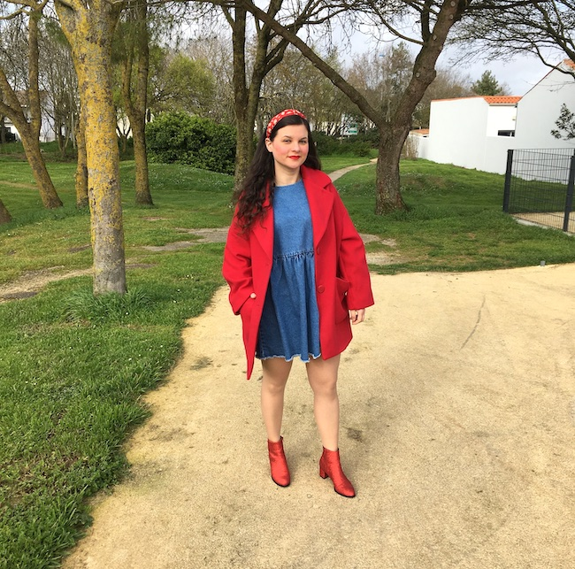 Look manteau rouge, robe denim et bottines rouges à paillettes