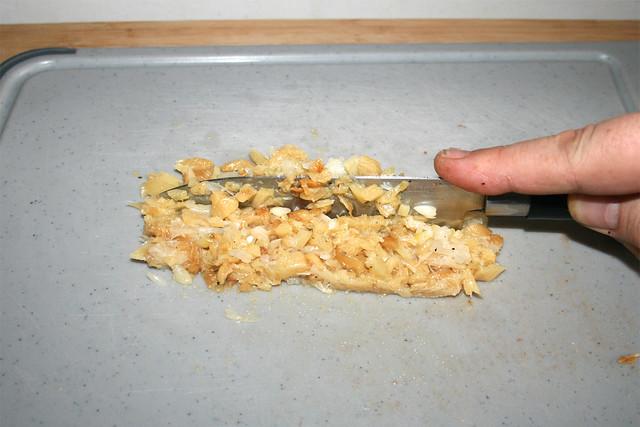 08 - Geröstetes Knoblauch zerkleinern / Mince garlic