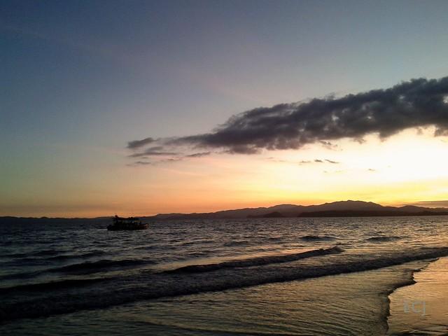 El mar y un barquito. Vista hacia el golfo y la península de Nicoya / The sea and a little ship. View towards the gulf and the Nicoya peninsula