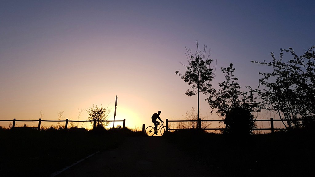 A l'aube d'une nouvelle époque  — Lever de soleil avec un cycliste en contre-jour par Barbara Crimi