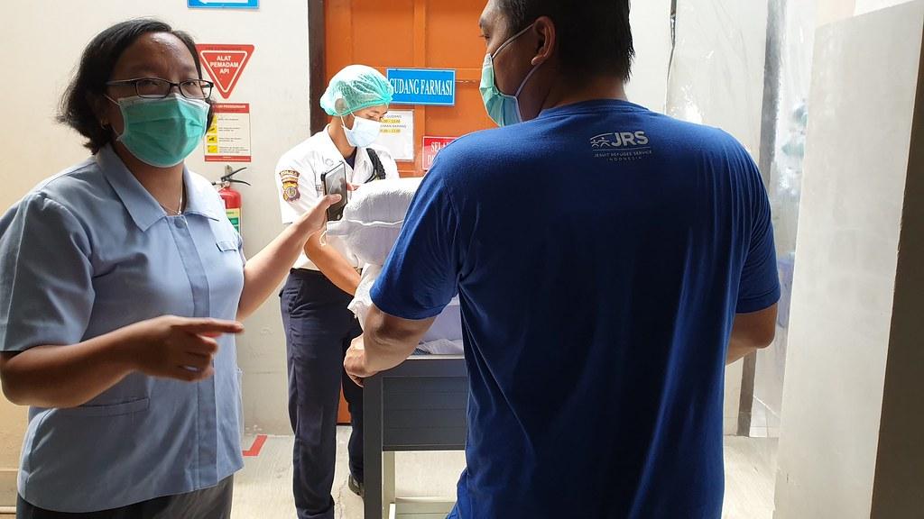 Rm Peter mengantarkan APD ke RS Panti Rahayu, Wonosari