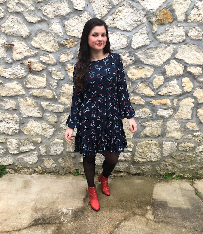 Look robe marine french cancan et bottines rouges à paillettes