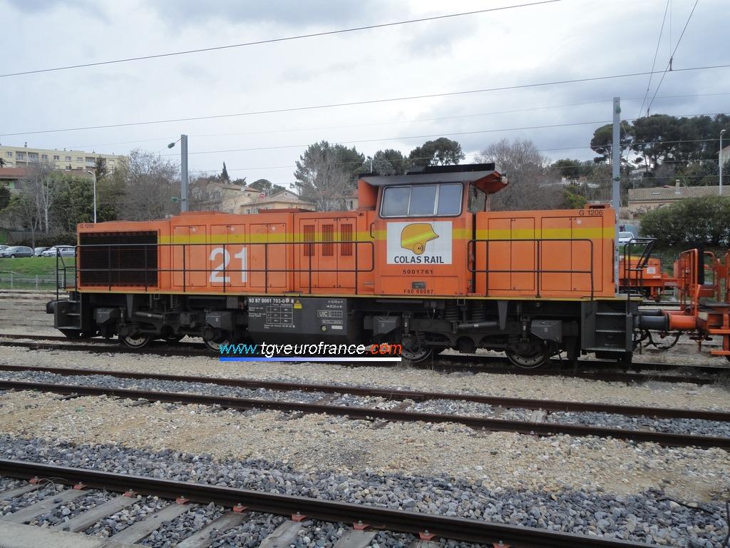 Une locomotive thermique G1206 Vossloh de l'entreprise Colas Rail en tête d'un train de ballastières