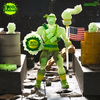 拿著拖把揍人的超ㄎㄧㄤ英雄!Super7《Toxic Crusaders》Toxie 6 吋可動人偶夜光版(Toxic Crusaders Glow in the Dark)【Entertainment Earth 限定】