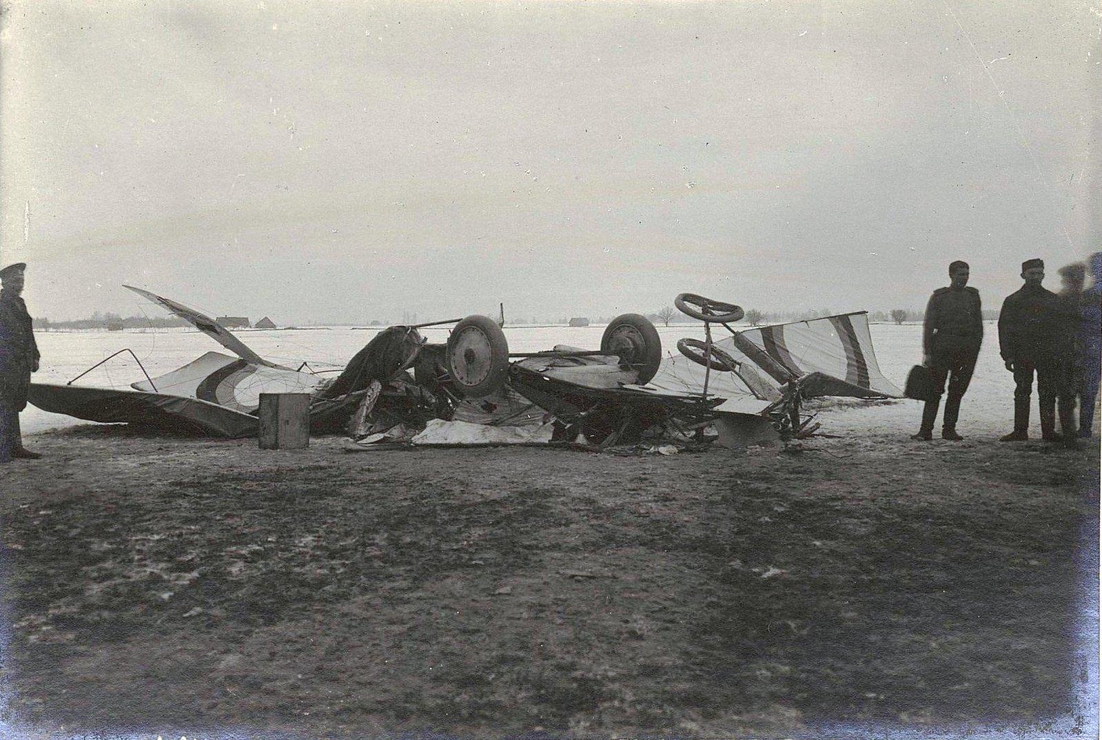 Разбившийся аэроплан в поле