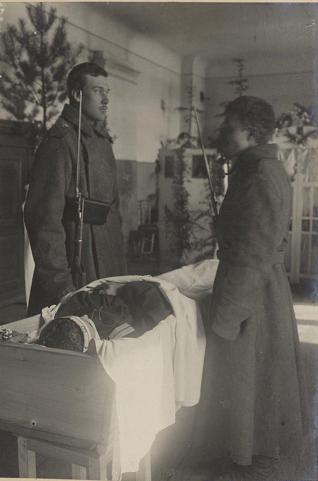 Почётный караул у гроба погибшего лётчика