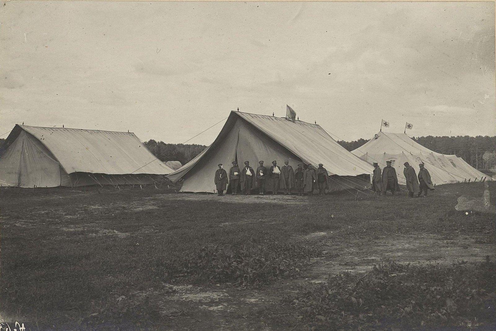 Группа раненых у санитарных палаток