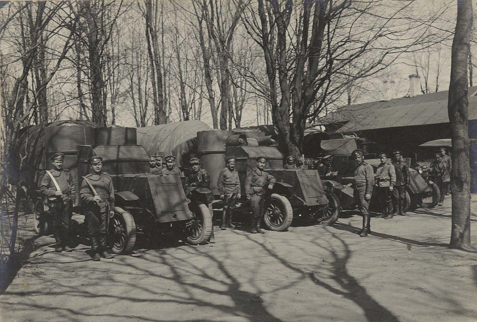 Военные у бронированных автомобилей