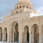 L'entrée de la salle de prière de la mosquée de Sidi Okba (Kairouan, Tunisie)