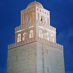 Le minaret de la mosquée de Sidi Okba la nuit (Kairouan, Tunisie)