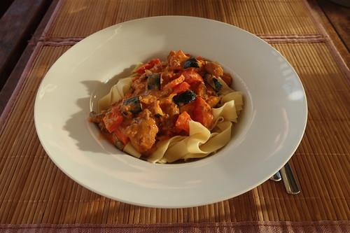 Bandnudeln mit einer Soße aus Zucchini, Paprika, Champignons und etwas Rinderhackfleisch