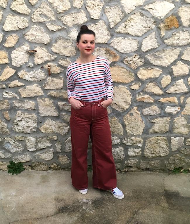 Look marinière, jean wide leg et baskets Adidas