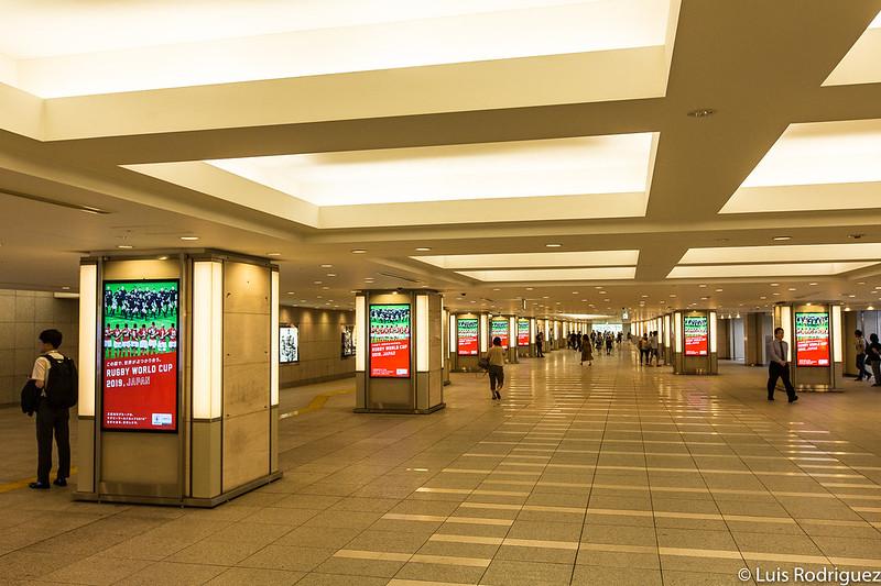 Pasillos que conectan la estación de Tokio con edificios cercanos en el nivel B1