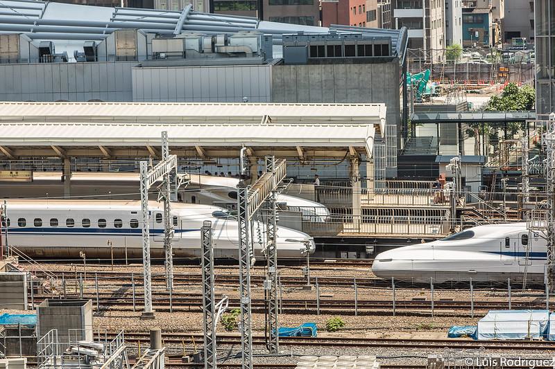 Shinkansen en la estación de Tokio desde la terraza Kitte Garden