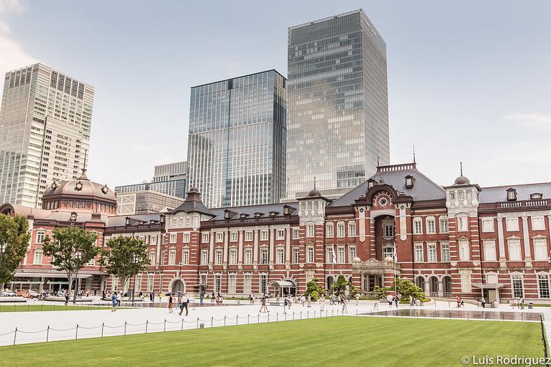 Plaza central con zonas verdes