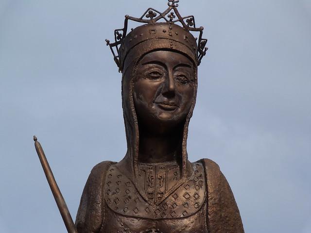 Estatua de Isabel la Católica en Madrigal de las Altas Torres (Ávila)