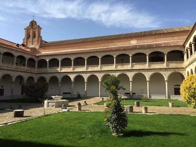 Patio del monasterio que ocupa el antiguo Palacio de Juan II de Castilla donde nació Isabel la Católica en Madrigal de las Altas Torres (Ávila)