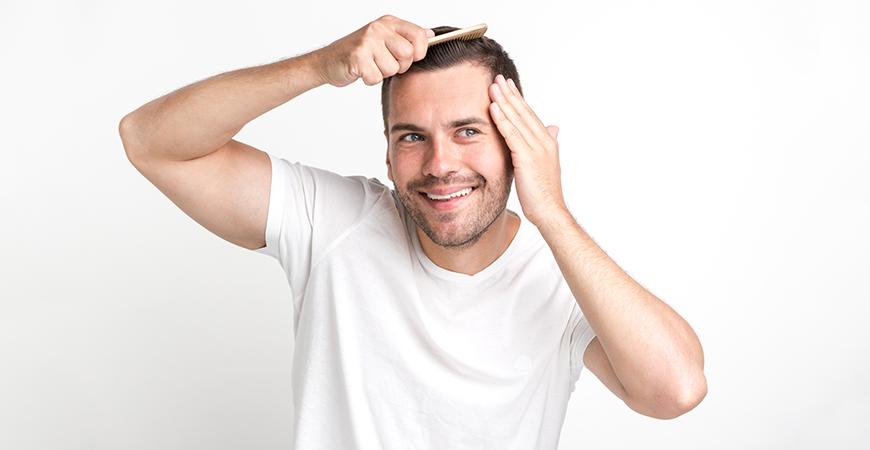 un scalp mai sanatos barbat care se piaptana