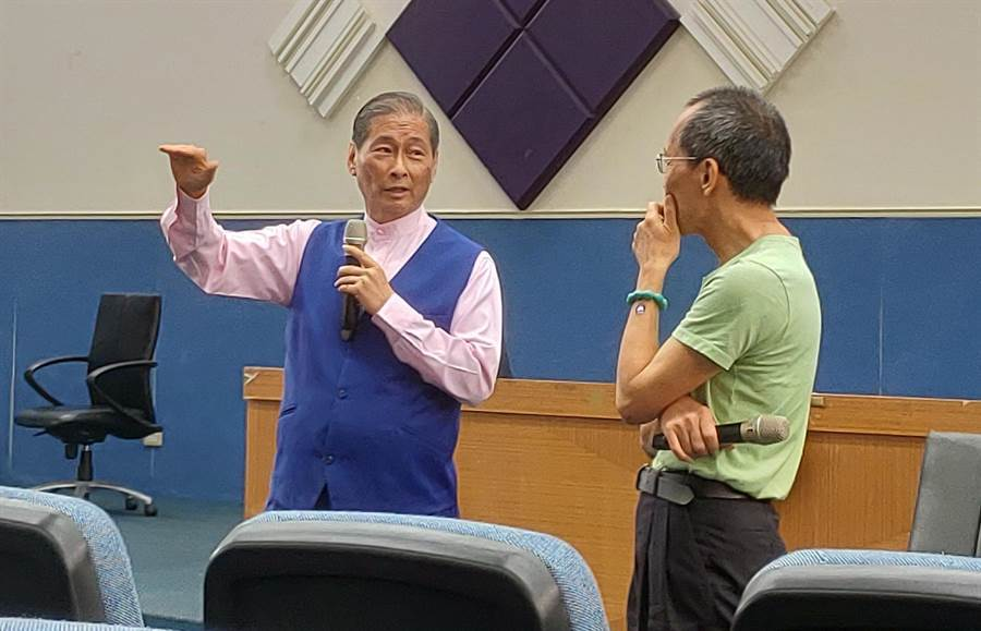 中山大學助理教授陳世岳(右)邀統促黨總裁張安樂(左)到校演講引發爭議。(翻攝自PTT)